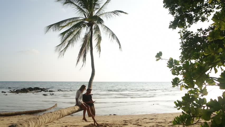 Un hombre que está seduciendo a una mujer en la playa