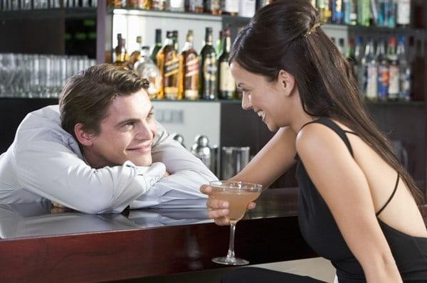Un hombre coqueteando con una mujer