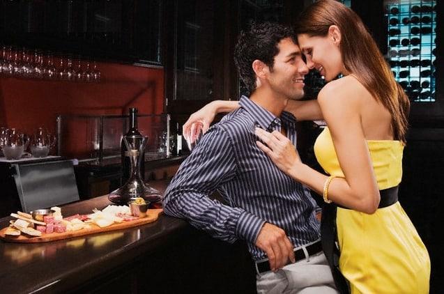 Un hombre que está seduciendo a una mujer